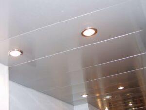 Подвесные потолки из гипсокартона и панелей ПВХ: особенности, варианты